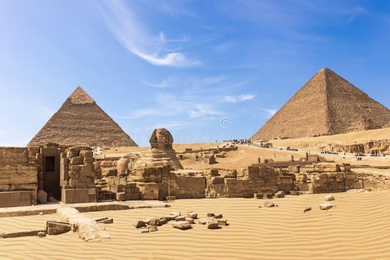 De stora pyramiderna av det Giza komplexet: sfinxen, pyramiden av Chephren, templet och pyramiden av Cheops, Egypten arkivfoto