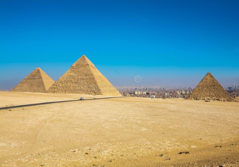 De stora pyramiderna av Giza, Kairo, Egypten arkivfoton