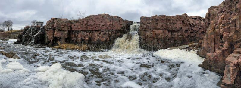 De stora Sioux River flödena över vaggar i Sioux Falls South Dakota med sikter av djurliv, fördärvar, parkerar banor, drevspårbro arkivbild
