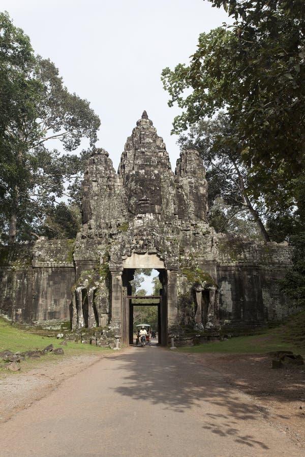 De stora statyerna av Khmer Kung adorn den norra porten av Angkor Thom royaltyfri fotografi