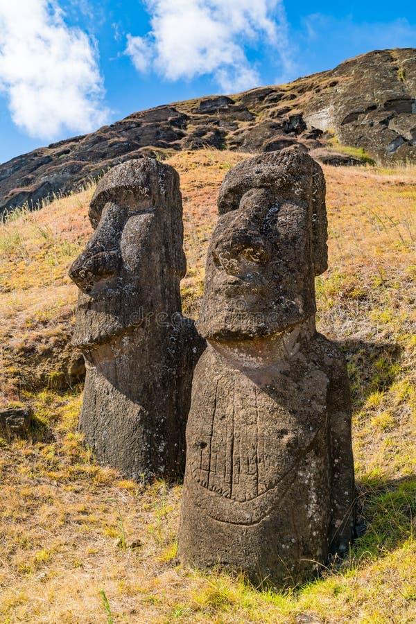 De stora stenar statyn Moai på Rano Raraku på påskön eller Rapa Nui royaltyfria foton
