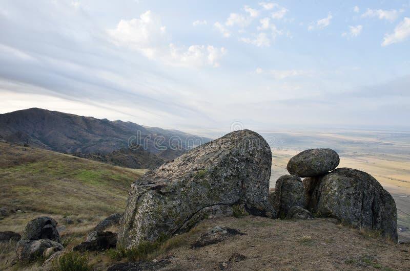 De stora stenarna i solnedgången Dobrogea, Rumänien arkivbild