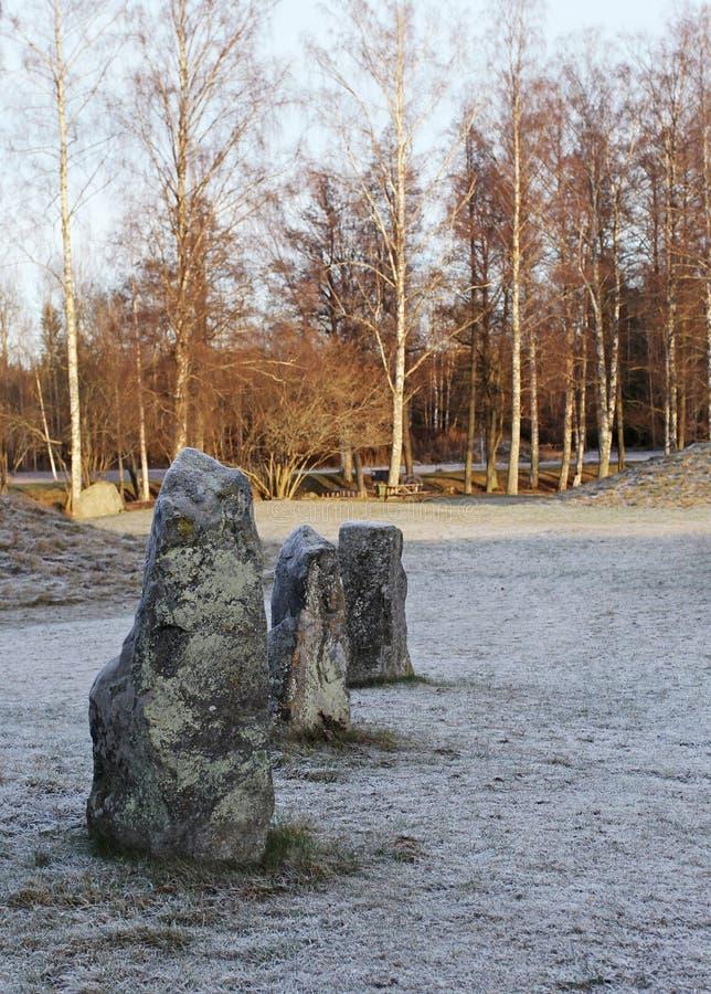 De stora stenarna som står i snöfältet i vinter royaltyfria foton