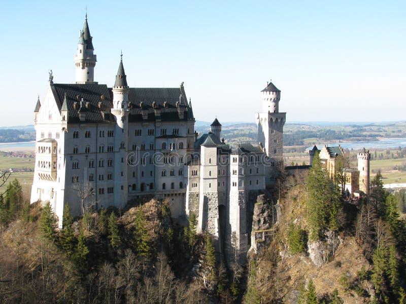De storartade bergen av fjällängarna omger slottarna av Neuschwanstein och Hohenschwangau fotografering för bildbyråer