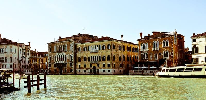De storartade byggnaderna som förbiser Grand Canal i Venedig royaltyfri bild