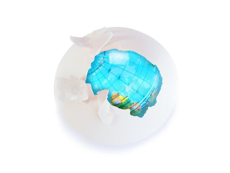 De storing van de ozonlaag Ei met aarde binnen bol vernietiging van beschermende shell van planeet, wereld veilig concept royalty-vrije stock fotografie