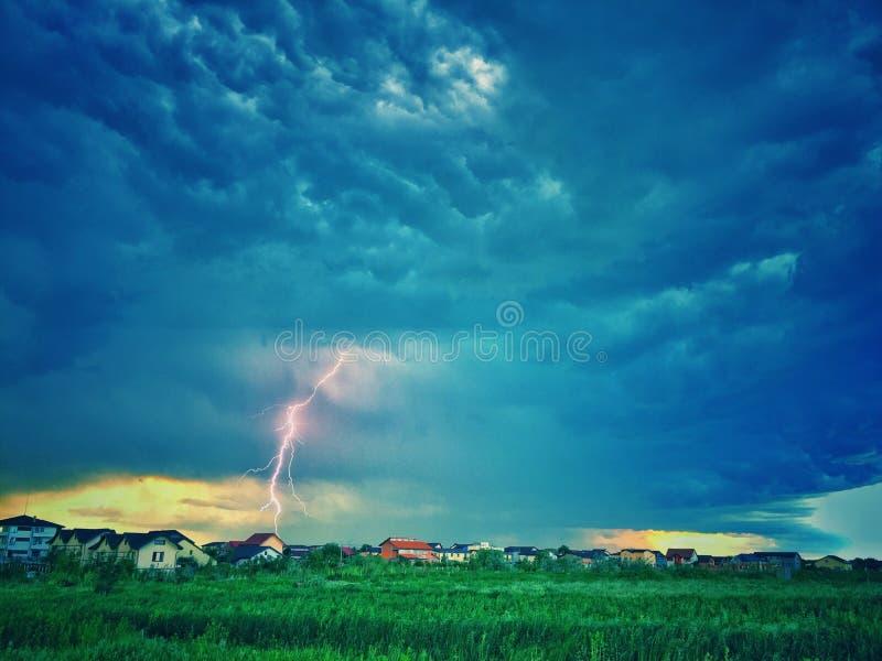 De stormachtige hemel van de bliksemstaking stock foto
