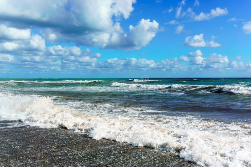 De stormachtige Zwarte Zee in Sotchi, Krasnodar-gebied royalty-vrije stock afbeeldingen