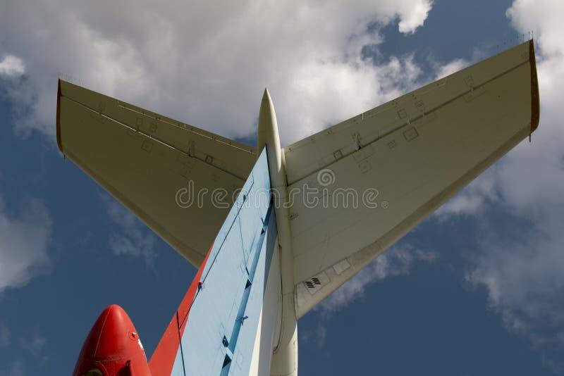 De stortplaats van vliegtuigen - de staart van het uitstekende Sovjet burgerlijke de passagiersvliegtuig van de vliegtuigenfusela royalty-vrije stock afbeelding