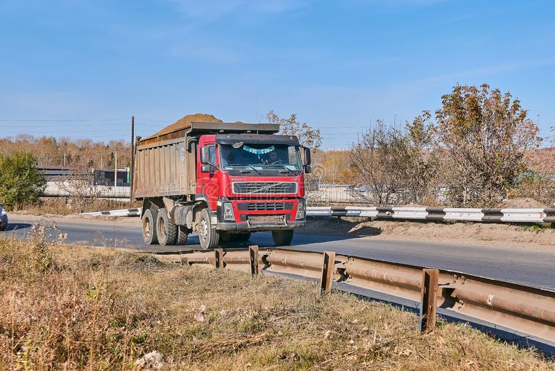 De stortplaatsvrachtwagen van Volvo FM stock afbeeldingen