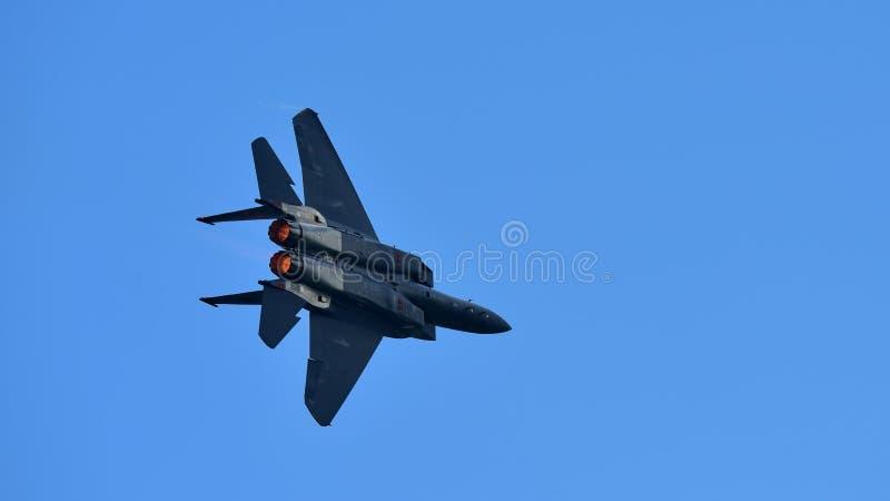 De straal die van RSAF F-15SG figher kunstvliegen uitvoeren in Singapore Airshow stock foto