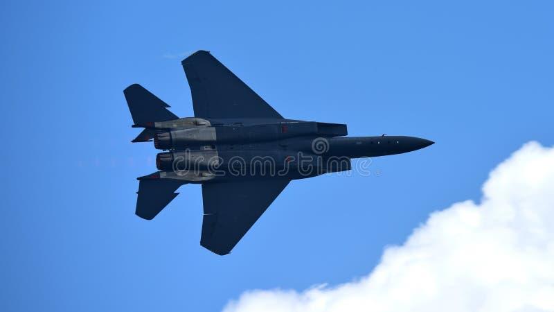 De straal die van RSAF F-15SG figher kunstvliegen uitvoeren in Singapore Airshow stock foto's