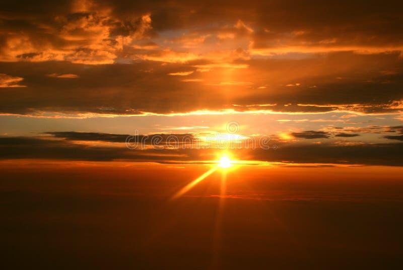 De straal en de wolken van de zonsondergang stock afbeeldingen