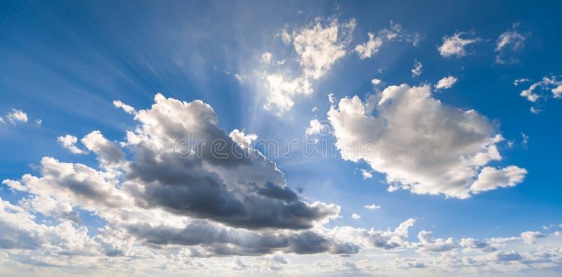 De straal van de wolkenzon stock afbeelding
