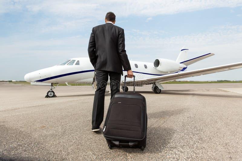 De Straal van zakenmanwalking towards corporate stock afbeeldingen