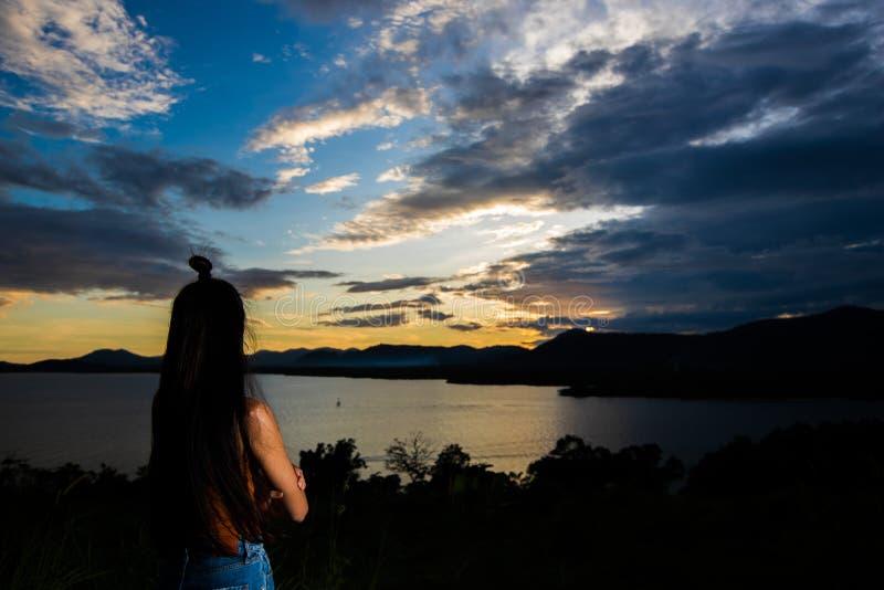 De straal van de zonsondergangwolk aan jonge volwassen Aziatische woma royalty-vrije stock afbeeldingen