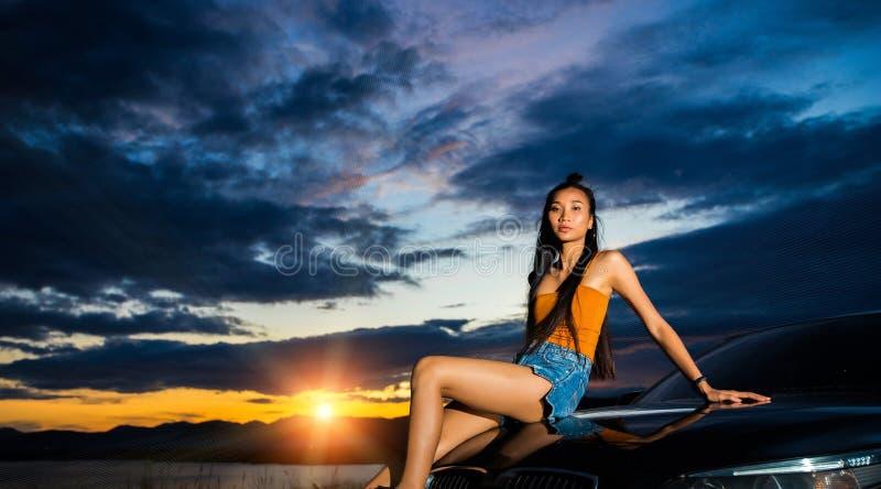 De straal van de zonsondergangwolk aan jonge volwassen Aziatische woma royalty-vrije stock foto's