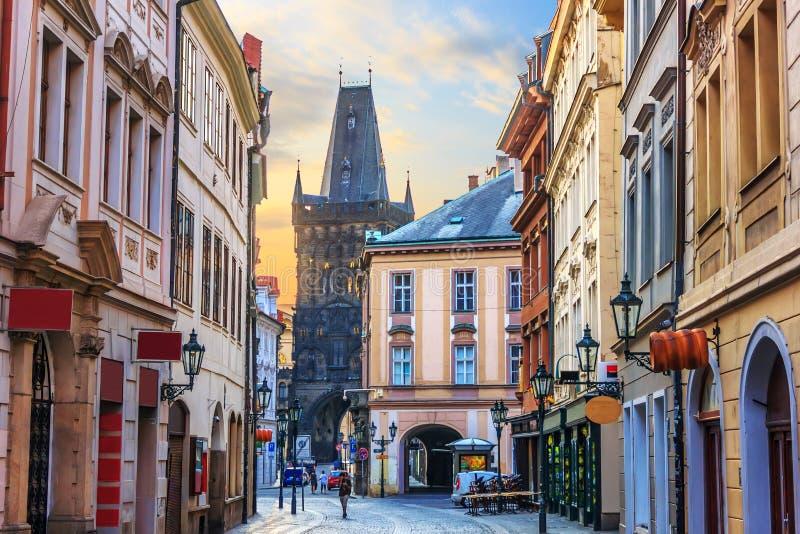 De straat Celetna, een deel van Praag van de Koninklijke Route dicht bij Powd stock afbeelding