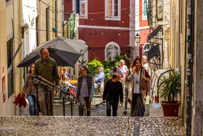 De straat die van Lissabon, Portugal tot Rossio-vierkant leiden stock afbeeldingen