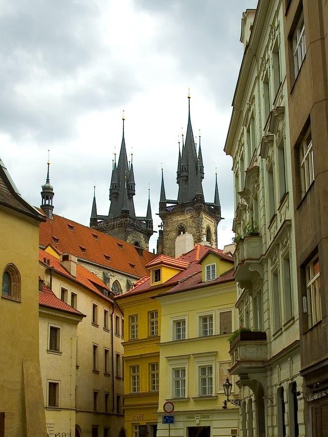 De straat en de kathedraal van Praag royalty-vrije stock fotografie