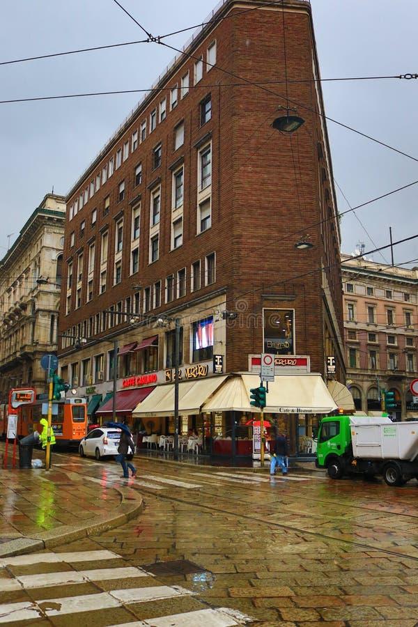 De straat historisch centrum Milan Italy van de de zomer regenachtig dag stock afbeeldingen