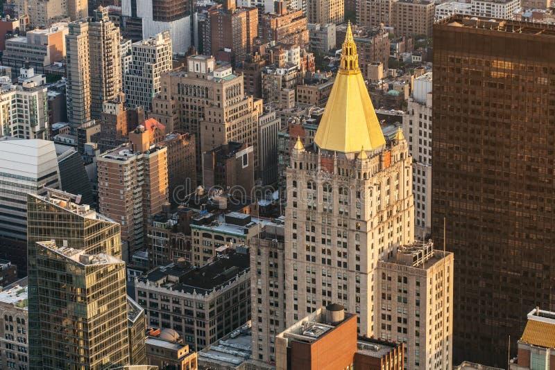 De straat luchtmening van Manhattan van de Stad van New York met wolkenkrabbers, voet en bezig verkeer Mening van Empire State Bu stock foto