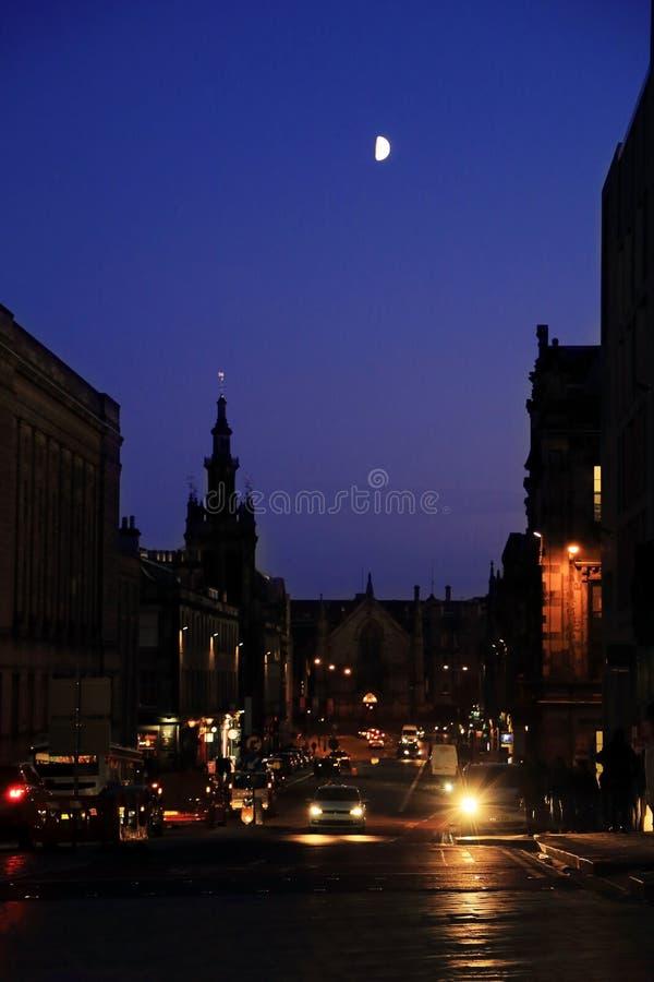 De straat in oude stad Edinburgh Schotland Het leven van de avondstad in het centrum van de stad royalty-vrije stock foto's