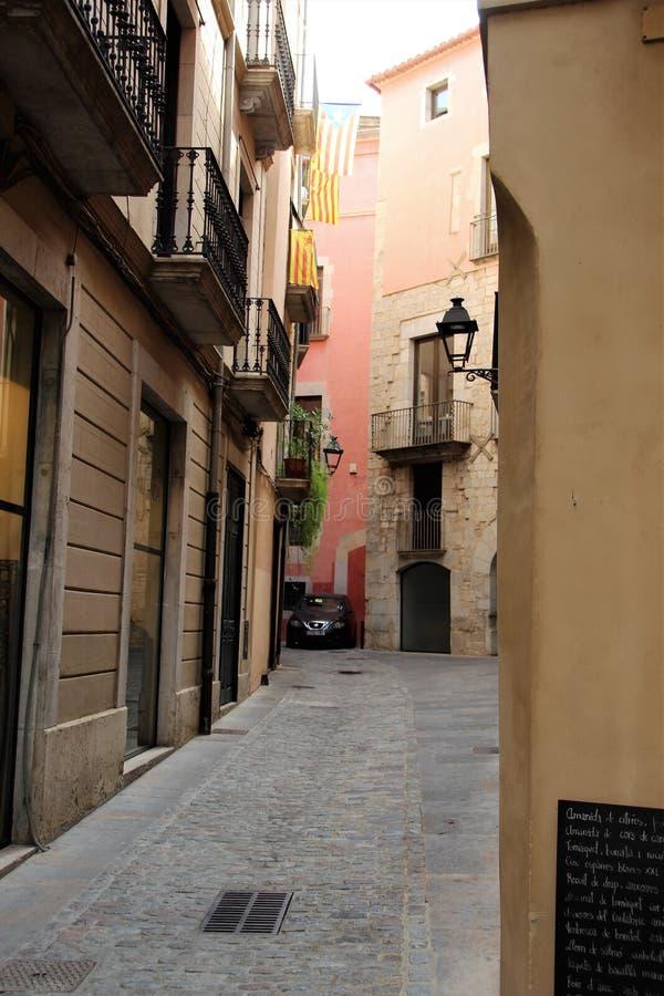 De straat in de Spaanse stad van Girona met de Catalaanse vlaggen hing op het royalty-vrije stock foto
