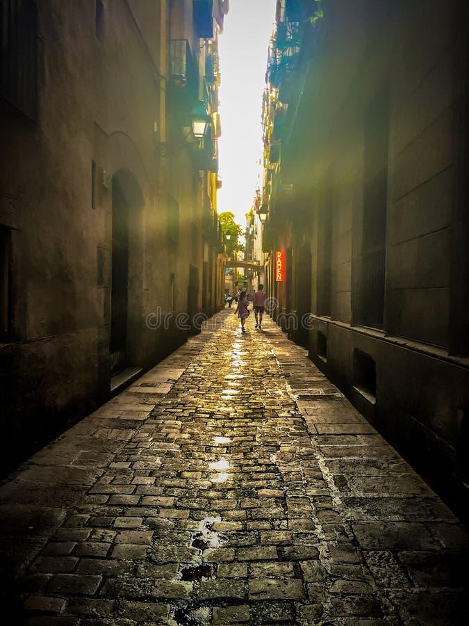 De straat van Barcelona bij schemering stock afbeelding