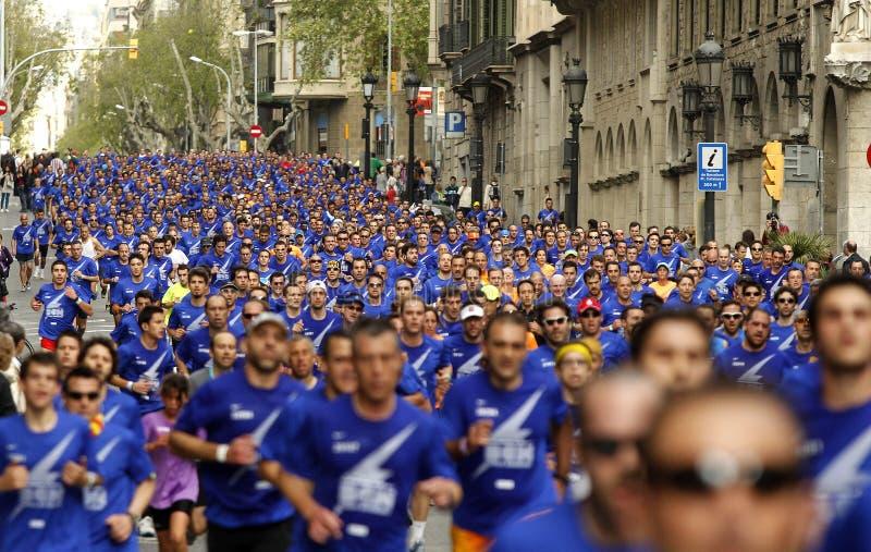 De straat van Barcelona overvol van atleten het lopen stock fotografie