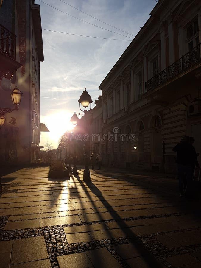 De straat van Belgrado bij zonsondergang stock afbeelding