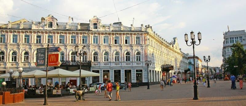 De straat van Bolshaya Pokrovskaya van de avondmening stock afbeeldingen