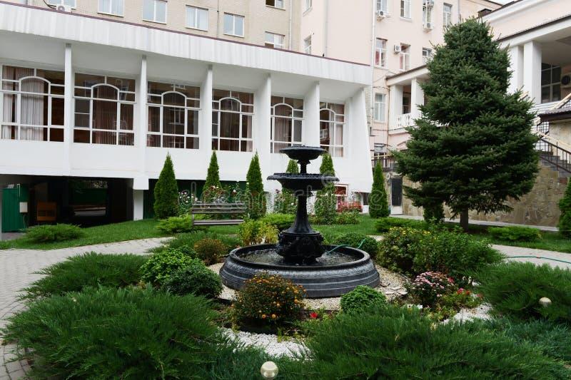De straat van Bolshaya Sadovaya van de fonteinstraat rostov-op-trekt binnen aan royalty-vrije stock afbeelding