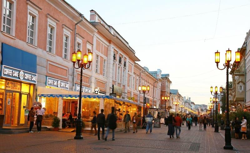 De straat van Bolshayapokrovskaya in de de herfstavond stock fotografie