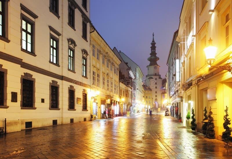 De straat van Bratislava bij nacht - Michael Tower, Slowakije. royalty-vrije stock afbeeldingen