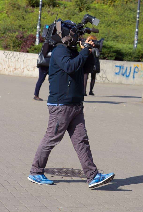 De straat van cameramanha terwijl het werken met intrateam stock fotografie