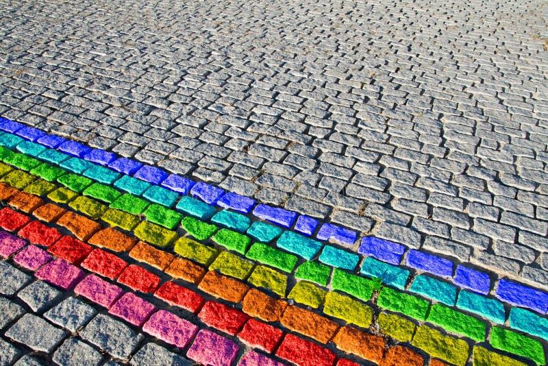De straat van Cobbled met regenboog stock afbeeldingen