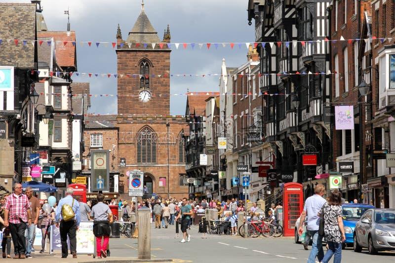 De straat van de brug en St Peter Kerk. Chester. Engeland royalty-vrije stock foto