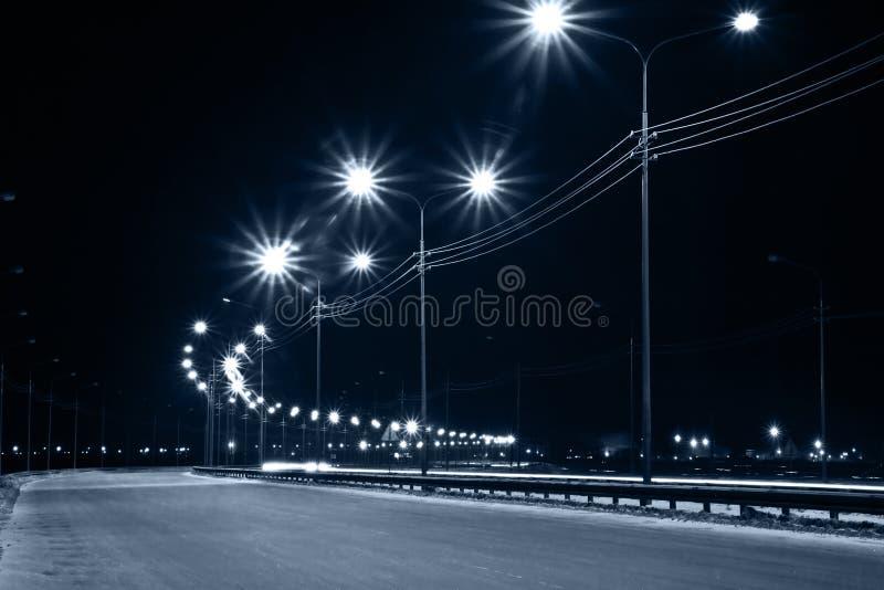 De straat van de nacht met lantaarns stock afbeeldingen