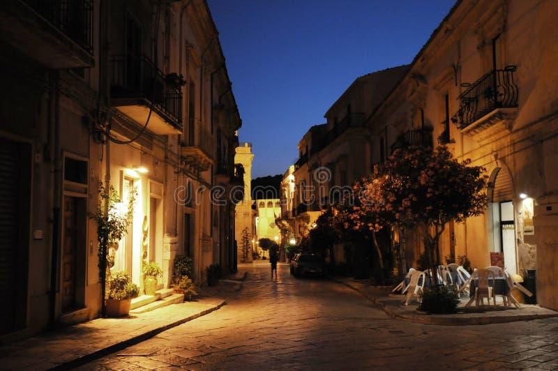 De straat van de nacht in Scicli, Sicilië royalty-vrije stock foto