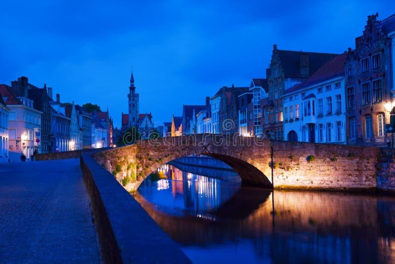 De straat van Dijverspiegelrei van kanaal tijdens nacht stock foto