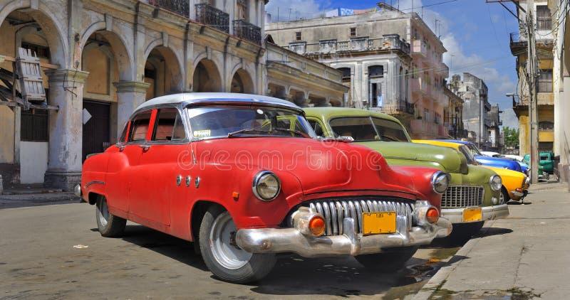 De straat van Havana met kleurrijke oude auto's in ruw