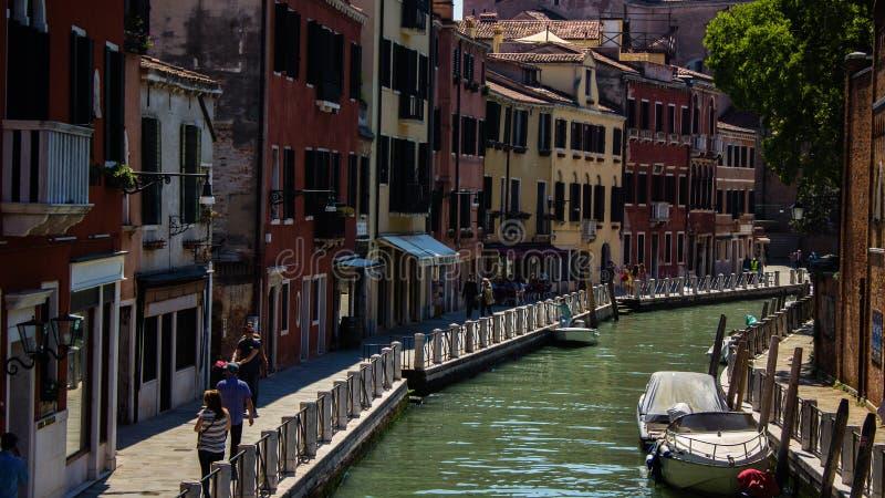 De straat van het water in Venetië stock foto's