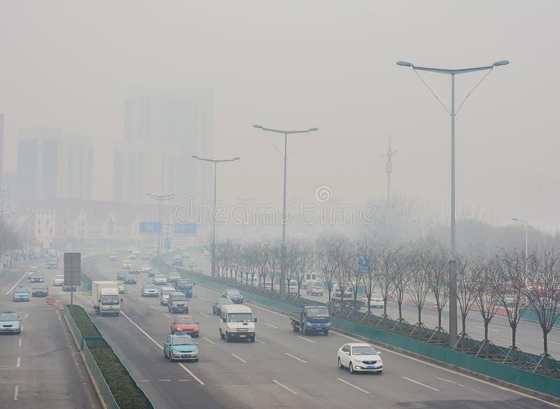 De straat van Hongqinanlu door opstopping door de zware mist wordt gewikkeld die stock afbeeldingen