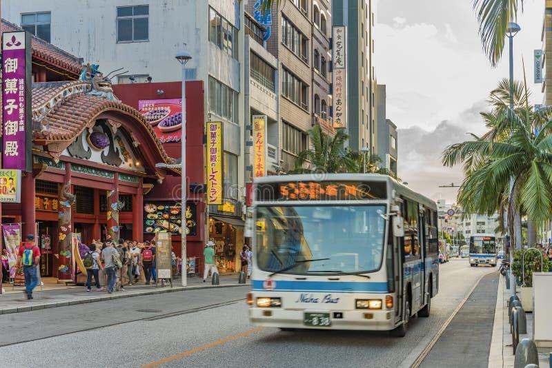 De straat van Kokusaidori wat internationale straat betekent waar de bus van de de Stads niet-stap van Naha gaat royalty-vrije stock fotografie