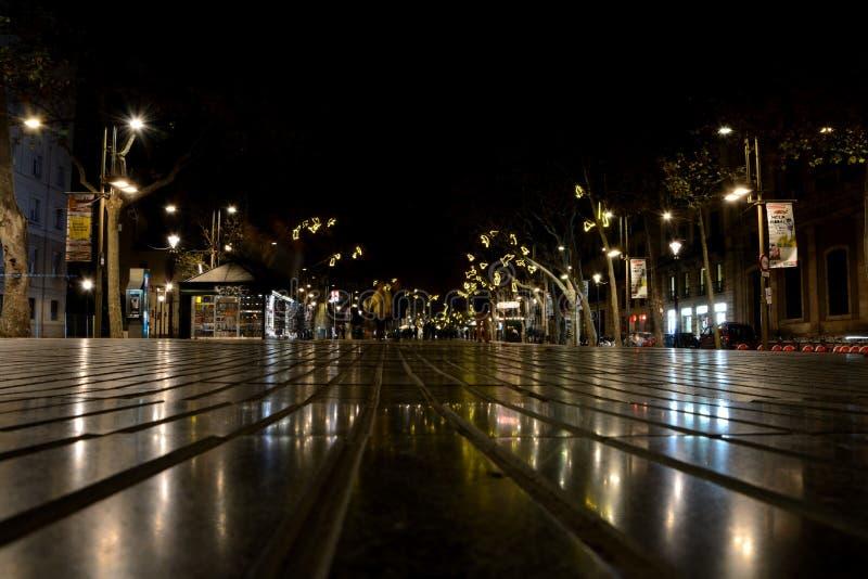 De straat van La Rambla bij nacht in Barcelona, Spanje stock foto's