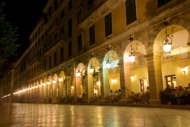 De straat van Liston bij nacht op het eiland van Korfu royalty-vrije stock afbeeldingen
