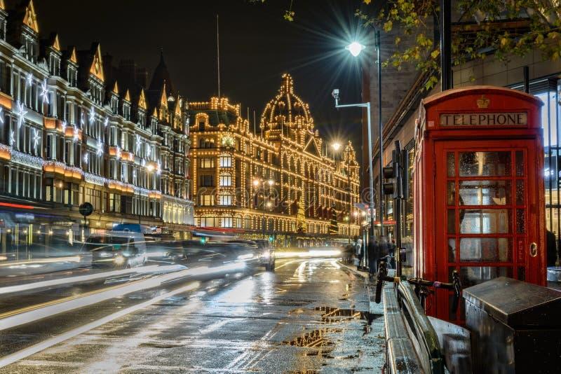 De straat van Londen bij nacht stock afbeeldingen