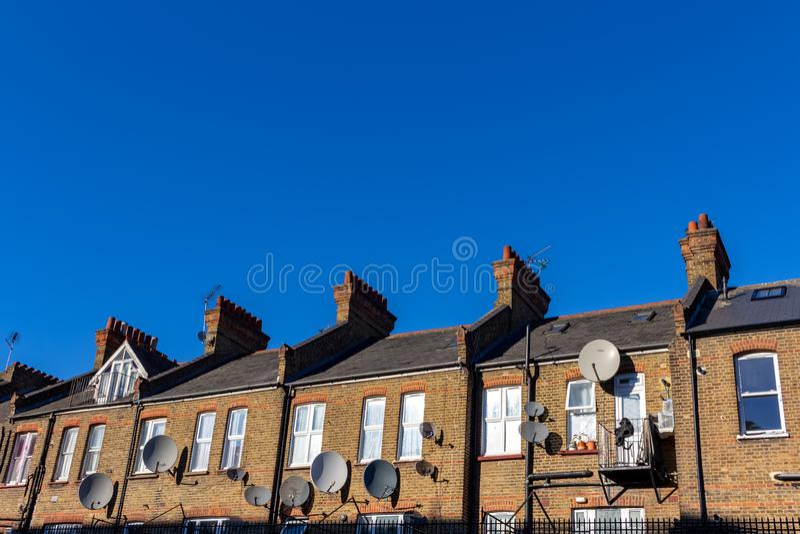 De straat van Londen van typische kleine de 19de eeuw Victoriaanse terrasvormige huizen stock afbeelding