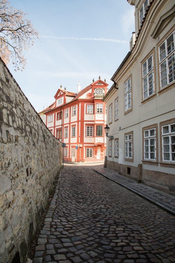 De straat van Novysvet op Hradcany in Praha stad in Tsjechische republiek stock fotografie